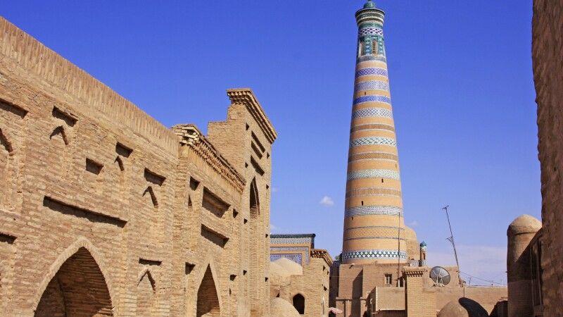 Chiwa - Blick auf Minarett der Medrese Islam Hodsha © Diamir