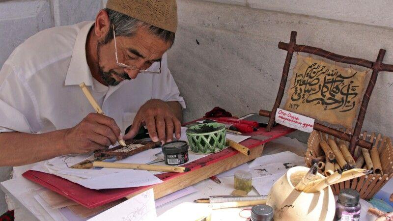 Kalligraph in Samarkand © Diamir