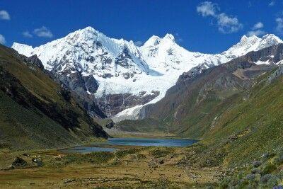 Blick auf die schneebedeckten Gipfel der Cordillera Huayhuash.