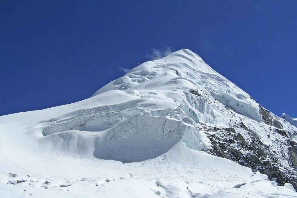 Die formschöne Pyramide des Parchamo Peak.