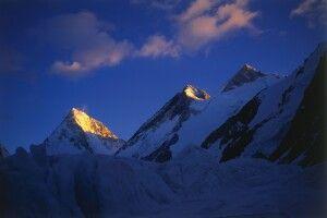 Die Gipfel des Gasherbrum 2 bis 4 nebeneinander aufgereiht.