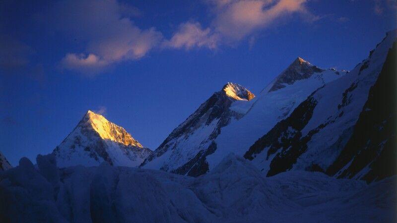 Die Gipfel des Gasherbrum 2 bis 4 nebeneinander aufgereiht. © Diamir