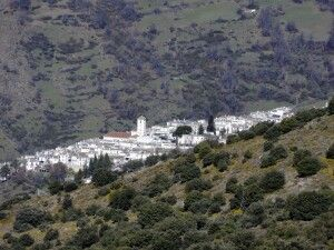 weiße Dörfer inmitten grüner Täler
