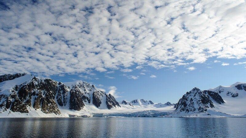 Panoramafahrt im Abendlicht: Berge, Gletscher, Wasser und Himmel im Raudfjord © Diamir