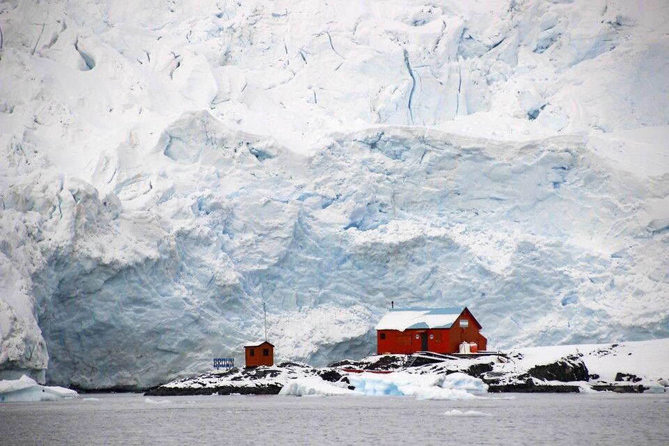Argentinische Forschungsstation vor einem riesigen Gletscher