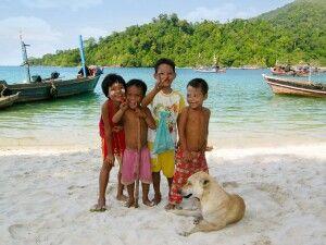 Burmesische Kinder am Strand einer Insel im Mergui-Archipel