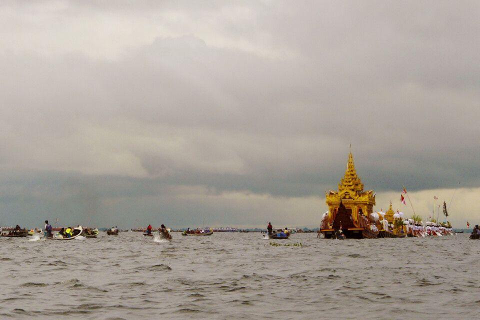 Barkenprozession zum  Phaung Daw Oo Festival am Inle-See