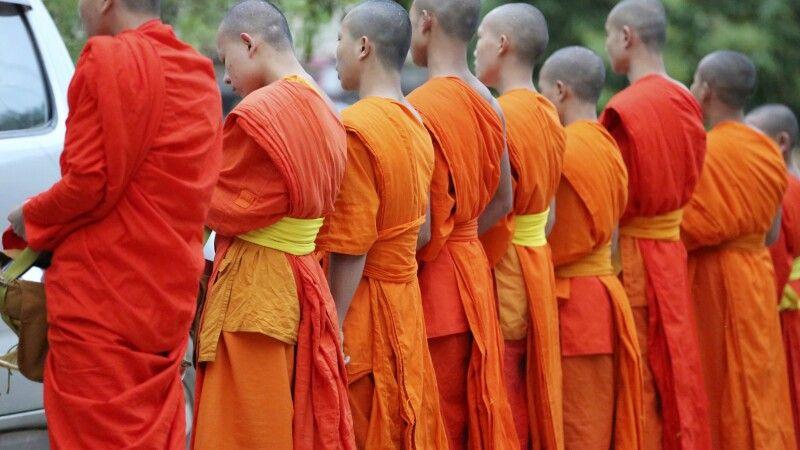 Mönche beim Almosengang am Morgen in Luang Prabang © Diamir