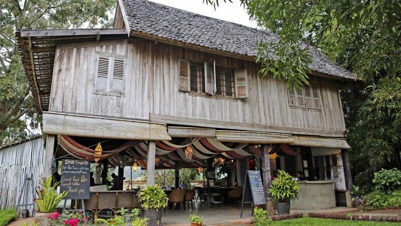 Traditionelles laotisches Wohnhaus auf Stelzen © Diamir