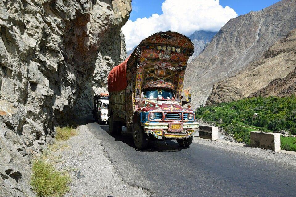 Die bunten LKWs gehören zum typischen Straßenbild Pakistans.