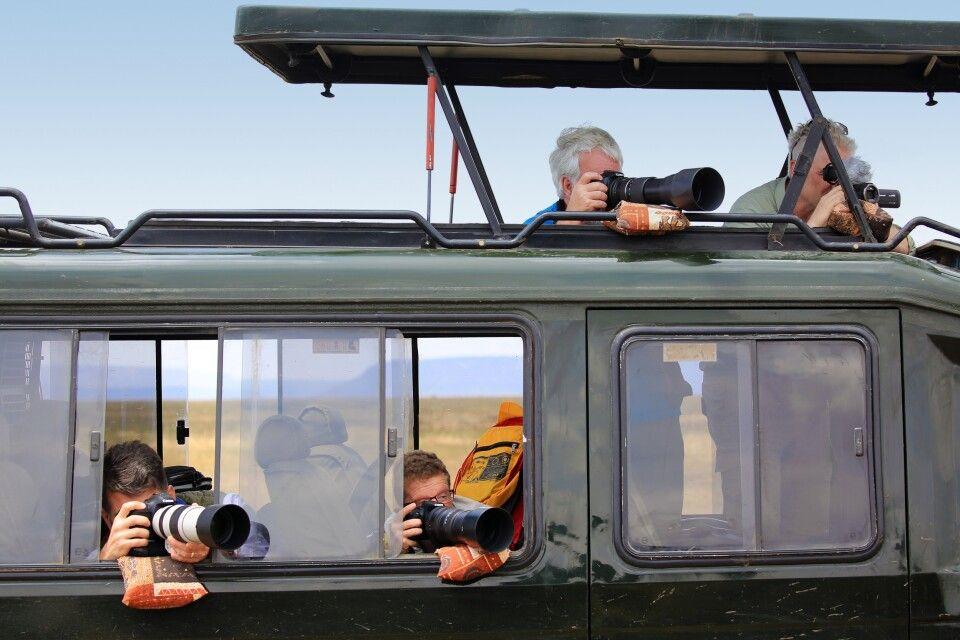 Ideale Voraussetzungen auf einer Fotoreise: Genügend Platz im Fahrzeug, Bohnensäcke für jeden Reisegast, üppig viel Zeit zum gezielten Beobachten von Fotomotiven und Szenen. Bei Den Tansania-Fotoreisen steht genau das im Mittelpunkt. Mehrere Tage in Mitten der Serengeti. In Kleingruppe, mit gleichen Schwerpunkten – Fotografie!