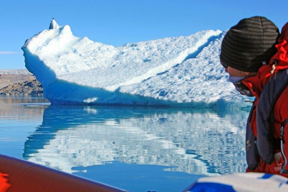 Schlauchbootfahrt vorbei an Eisbergen