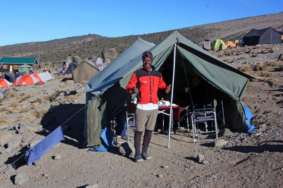 Der lokale Bergführer Yohana startet hochmotiviert und bei schönstem Wetter in den Tag!