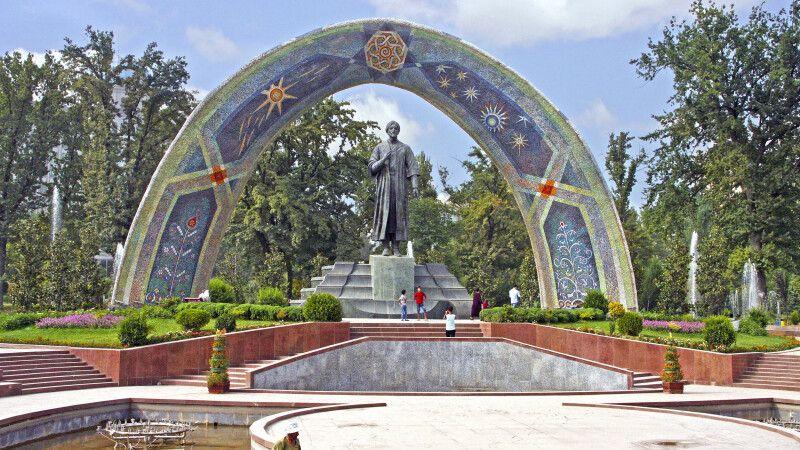 Das Rudaki Denkmal in der Hauptstadt Duschanbe. © Diamir