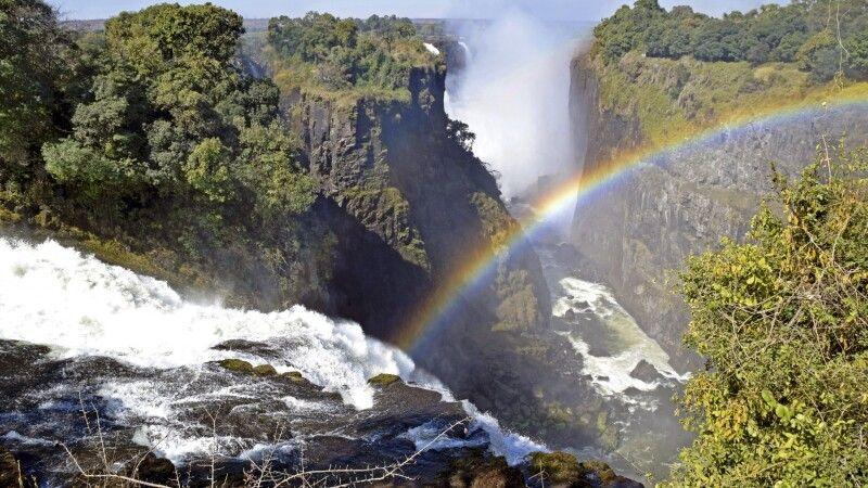 Victoriafälle: Über 16 Aussichtspunkte bietet der Rundwanderweg auf simbabwischer Seite. Der Sprühnebel am Devil's Cataract garantiert immer einen bezaubernden Regenbogen. © Diamir