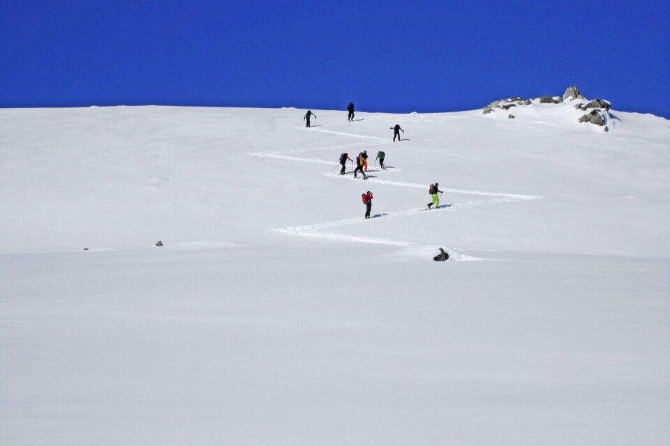 Letzte Spitzkehren zum ersten Gipfel