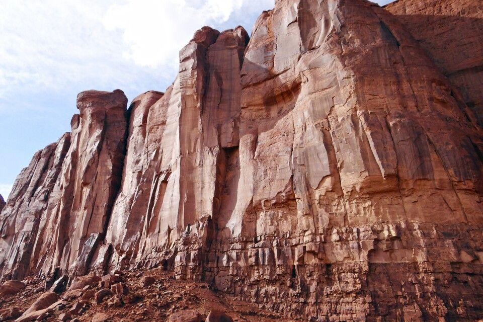 Das rote Gestein im Monument Valley leuchtet in der Nachmittagssonne
