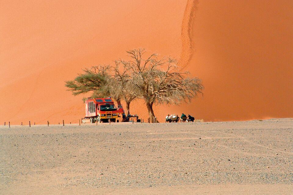 Safarifahrzeug im Sossusvlei