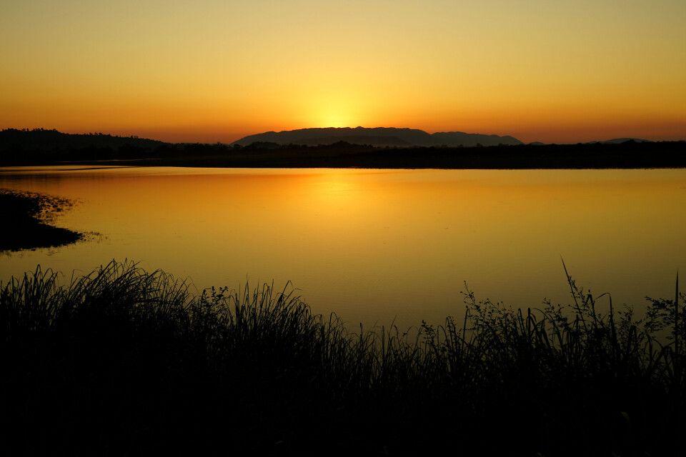 Sonnenuntergang am See im Kaziranga-Nationalpark