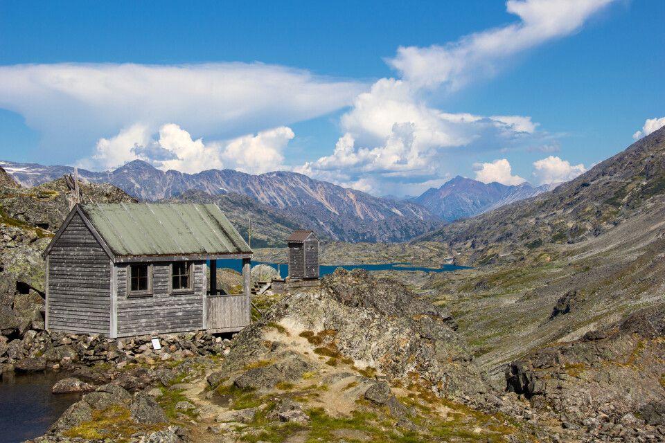 Auf dem Chilkoot Trail mit Blick auf Schutzhütten