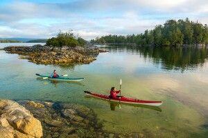 Kajaks zwischen den Inselchen der 'Tiny Group', Pacific Rim National Park