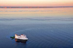 Das Schiff beim Anlegen im Amazonas