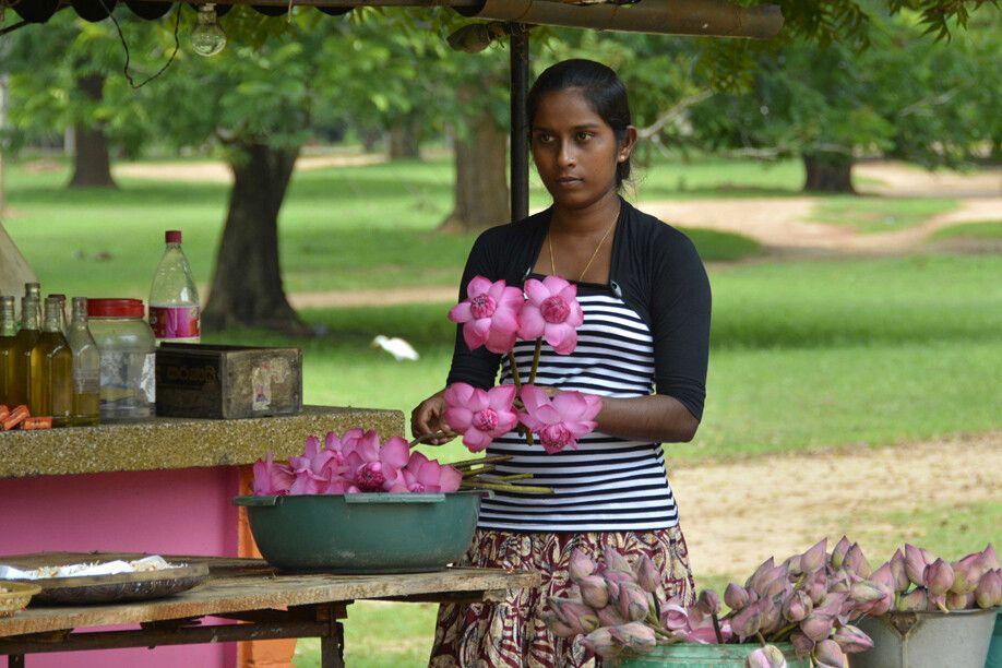 Frau mit Lotusblüten