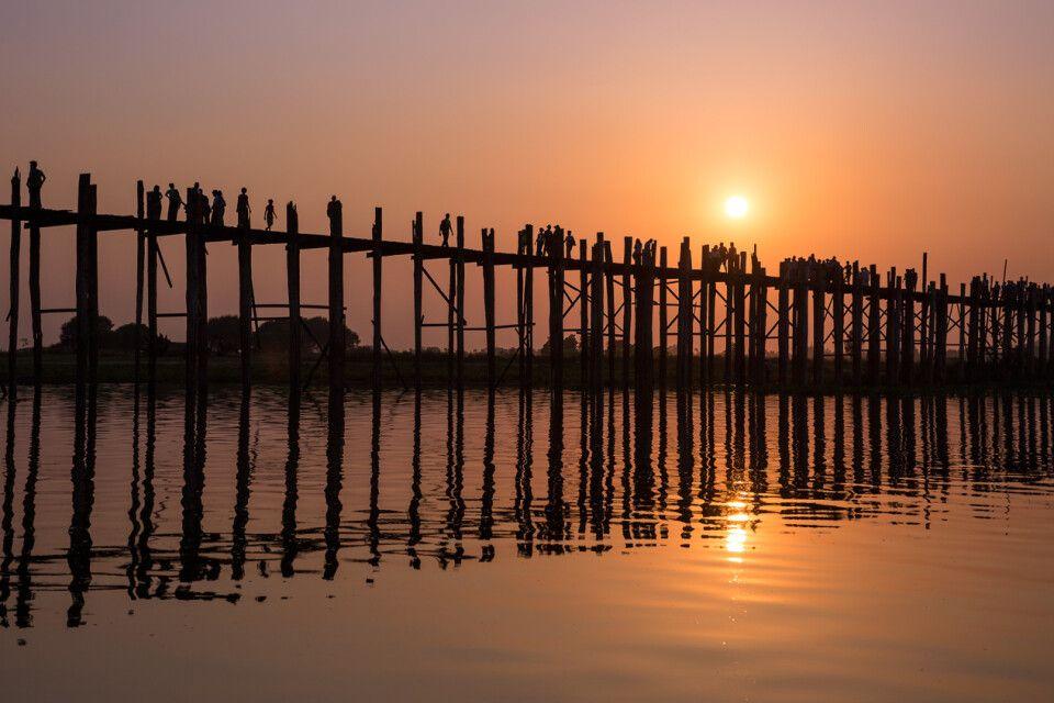 Sonnenuntergang an der U-Bein-Brücke in Myanmar
