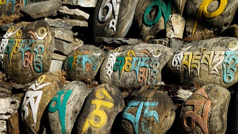 Mani-Steine säumen den Wegesrand, darauf sind buddhistische Gebetsformeln eingemeißelt © Diamir