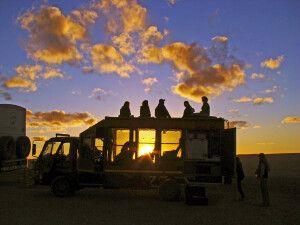 Sonnenuntergang vom Safari-Truck genießen