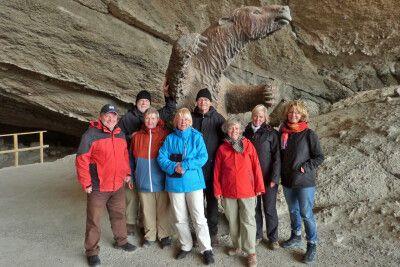 Fröhliche Reisegruppe beim Riesenfaultier von Milodon
