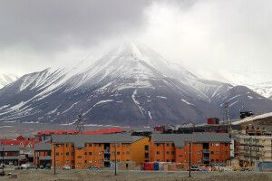 Die bunten Häuser in Longyearbyen strahlen auch bei trübem Wetter
