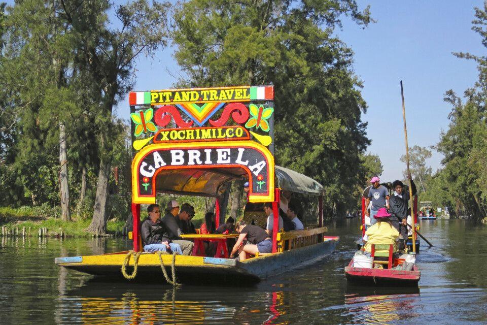 knallbunte Boote in den schwimmenden Gärten von Xochimilco