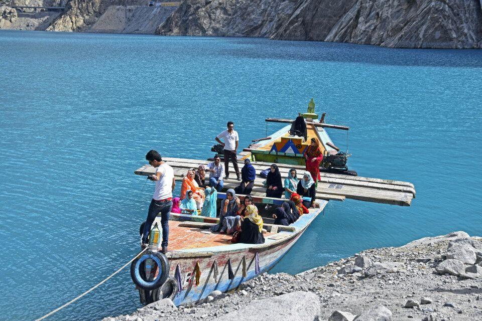Früher mal ein Teil des Karakorum Highway: Mit dem Boot über den Attabad-See.