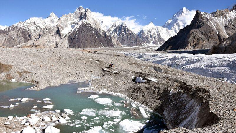 Manchmal bilden sich eisige Seen auf dem Baltoro-Gletscher. © Diamir
