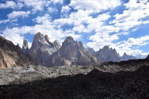 Blick über den Baltoro-Gletscher hinauf zur Gruppe der Trango-Türme.