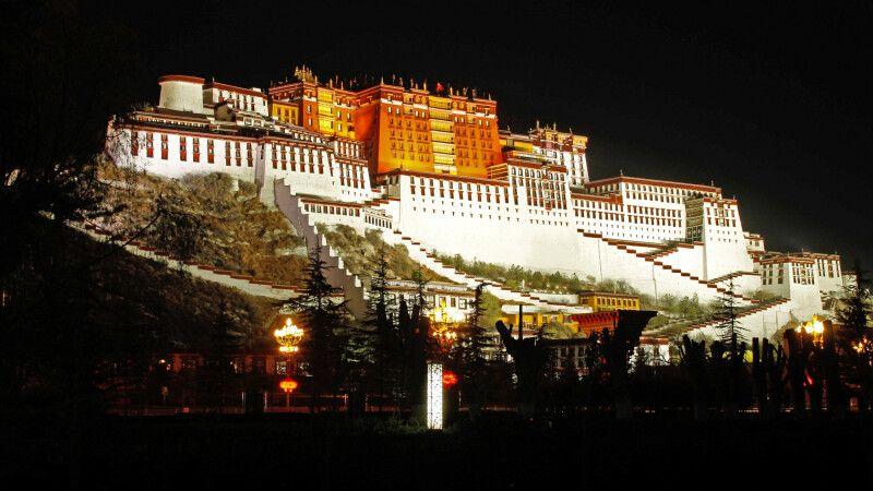Der Potala-Palast bei Nacht © Diamir