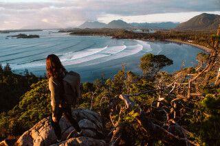 Wanderer am Cox Bay-Aussichtspunkt bei Tofino, Vancouver Island