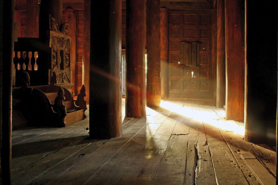 Stimmungsvoller Lichteinfall in einem Teakholztempel bei Mandalay