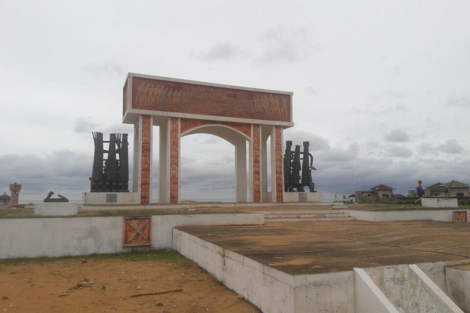 Das Tor ohne Wiederkehr steht am Ende der historischen Sklavenroute, welche vom Sklavenmarkt Ouidahs bis zur Anlegestelle der Sklavenboote führte. Der Platz ist auch Festivalort des jährlich stattfindenden Voodoofestivals am 10. Januar jeden Jahres in Benin.