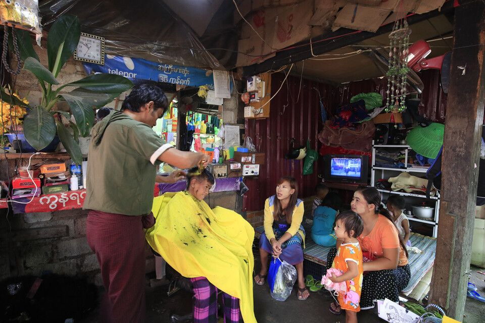 Nampan: Junge beim Frisör