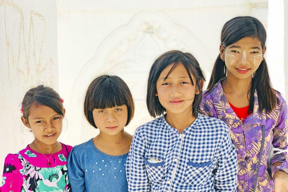 Kinder beim Besuch der Hsinbyume-Pagode in Mingun