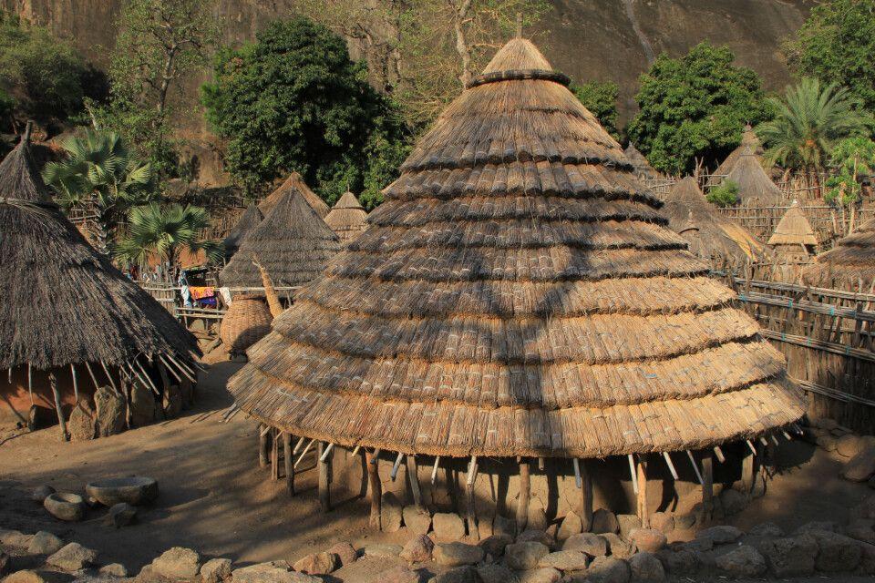 kunstvolle Dächer der Lutoka-Hütten