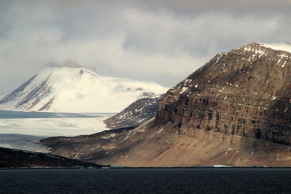 Gewaltige Gletscher und schroffe Berge prägen Spitzbergen