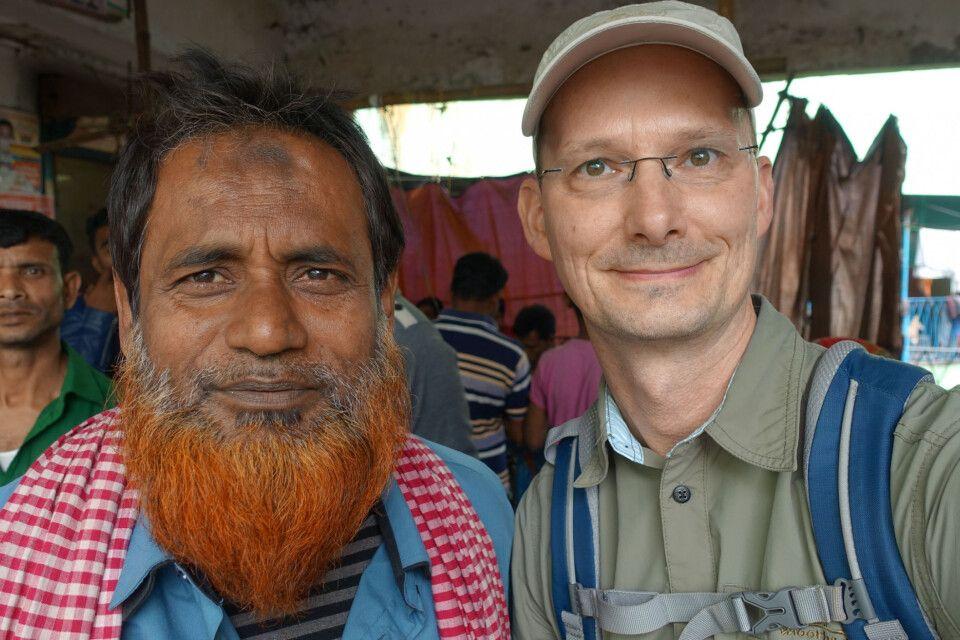 Mann mit Henna-gefärbtem Bart