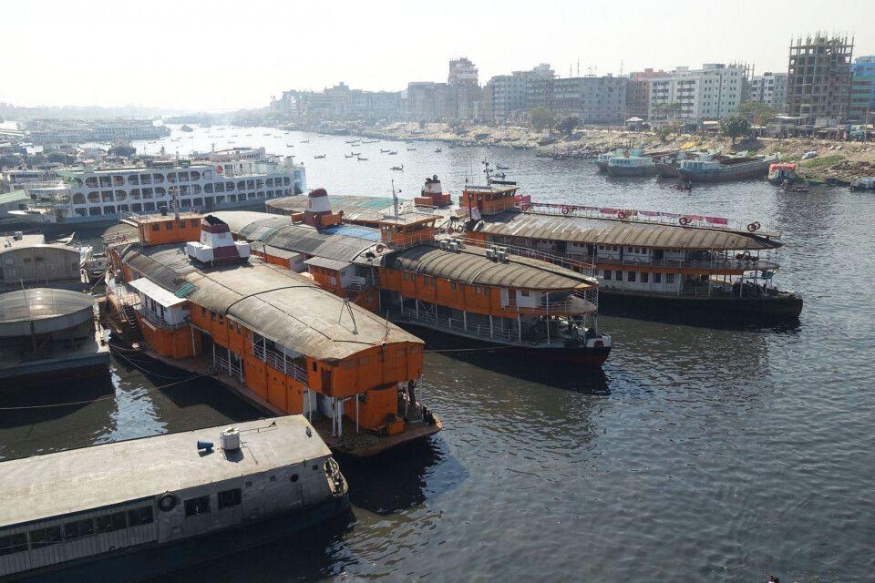 Schaufelraddampfer am Hafen von Dhaka