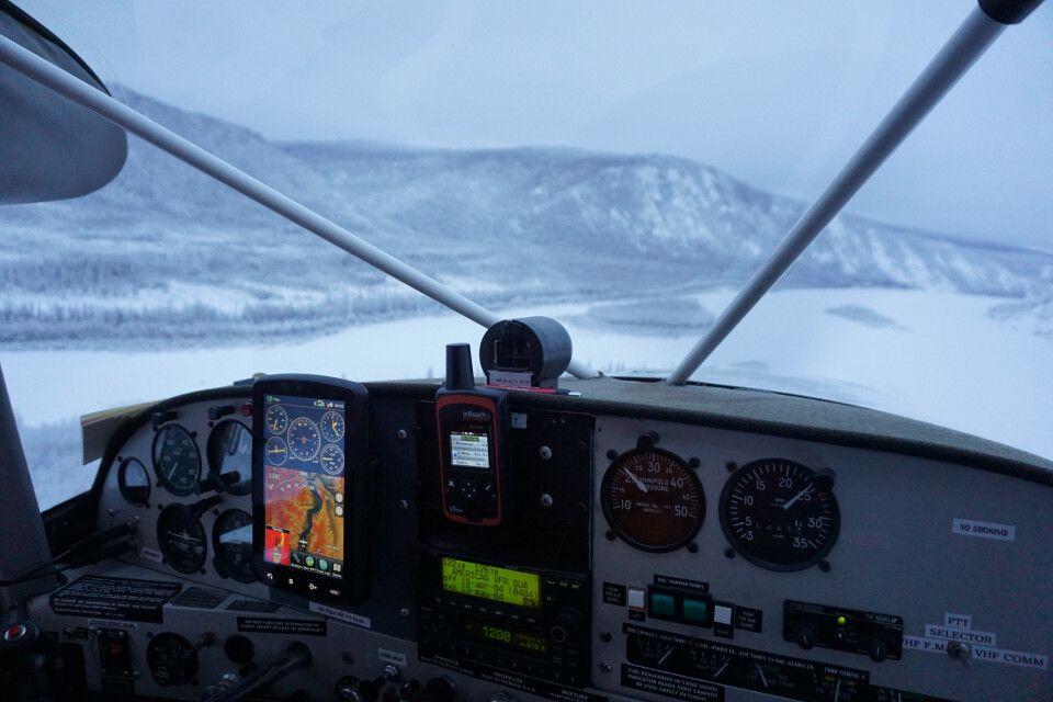Rundflug über den gefrorenen Yukon-Fluss