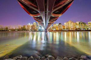 Abendlicher Blick von unter der Peace Bridge über den Bow River, Calgary