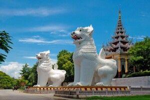 Löwenwächter am Tempel in Mandalay
