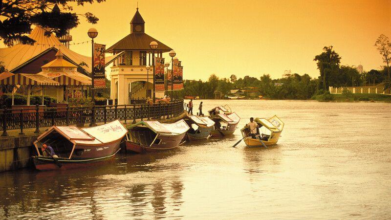 Sonnenuntergang in Kuching, Hauptstadt des malaysischen Bundesstaates Sarawak © Diamir